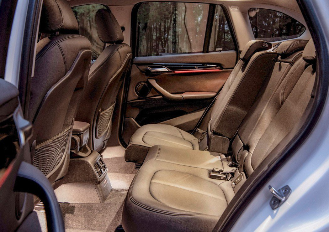 標準配備後座可調式空間管理系統,讓後座乘客可依需求調整座椅前後空間與椅背傾斜角度...