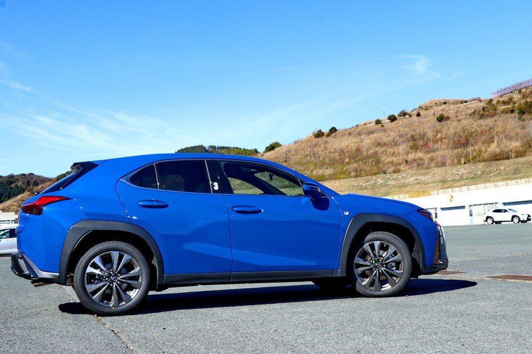 LEXUS UX是品牌首款採用Toyota集團GA-C模組化平台的車款。 記者陳...