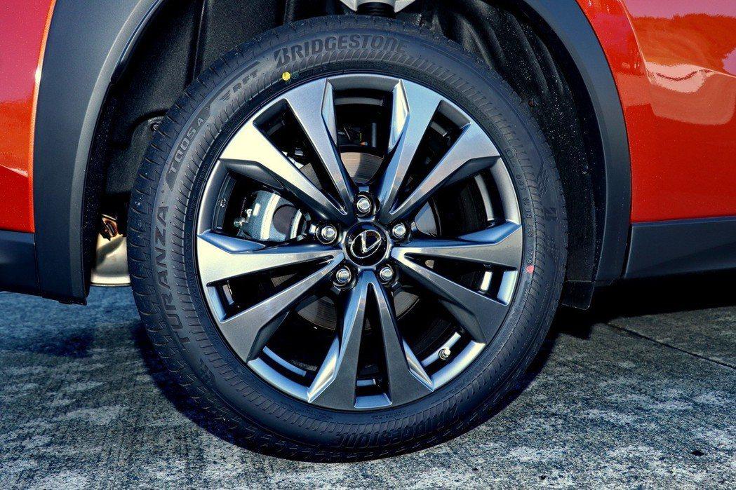 F Sport除了採用Turanza T005A車胎,十輻式18吋鋁圈造型也更符...