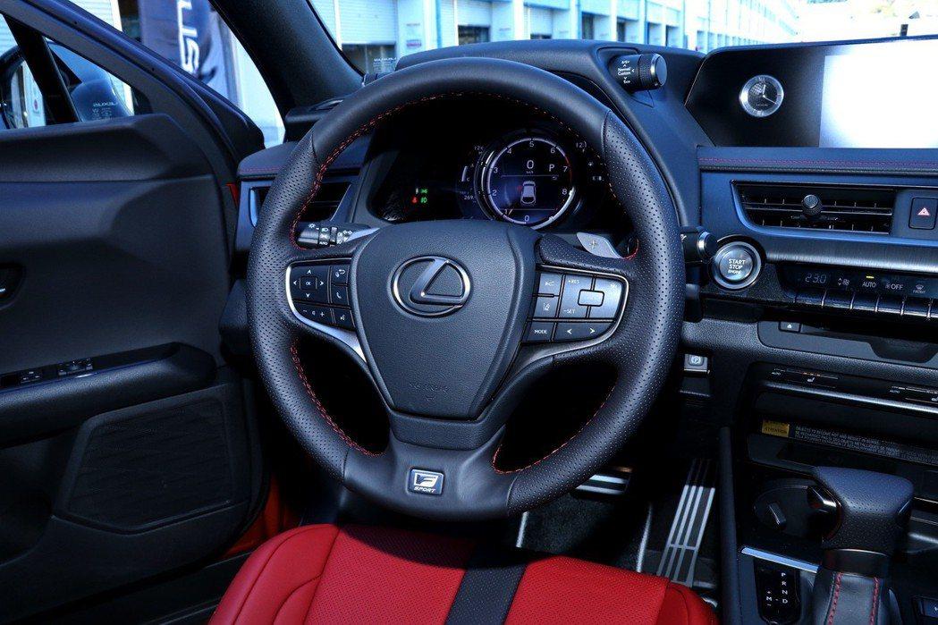 LEXUS UX F Sport車型擁有包括F Sport 版方向盤、外觀專屬套...