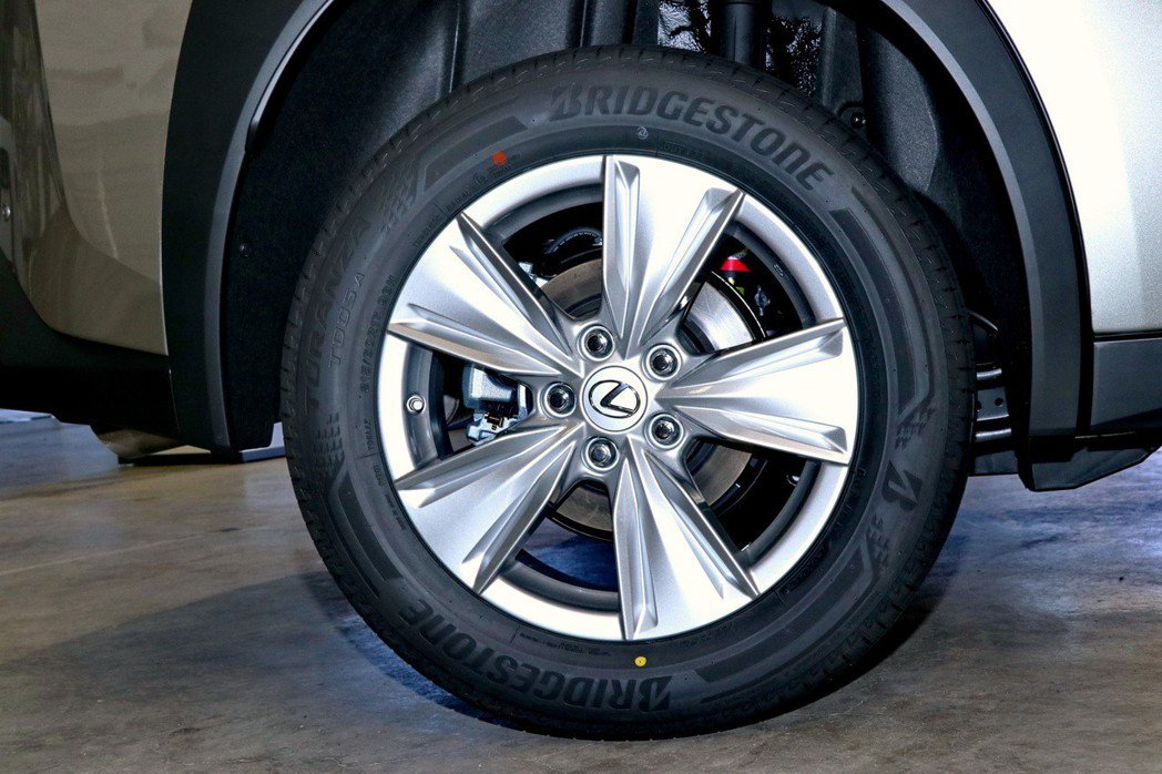 一般車型的17吋鋁圈外型較為保守。 記者陳威任/攝影