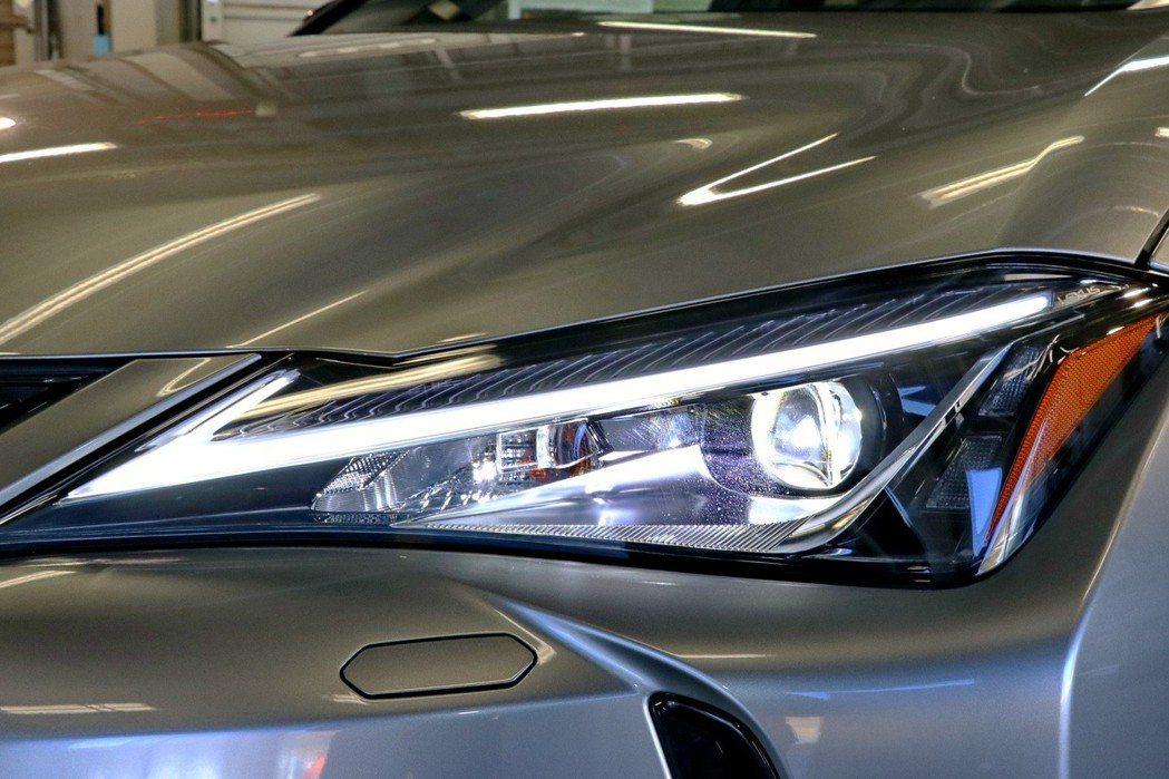 LEXUS UX採用單眼式LED燈。 記者陳威任/攝影