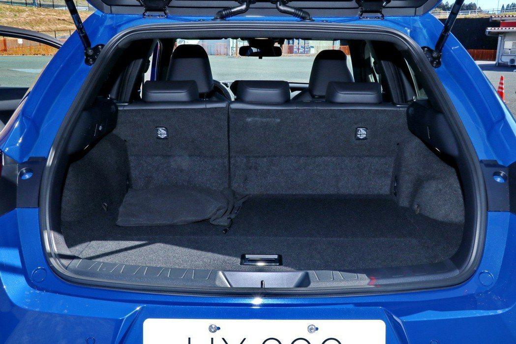 UX200一般車型的行李廂容積為328公升,F-Sport版本因為配備失壓續跑胎...