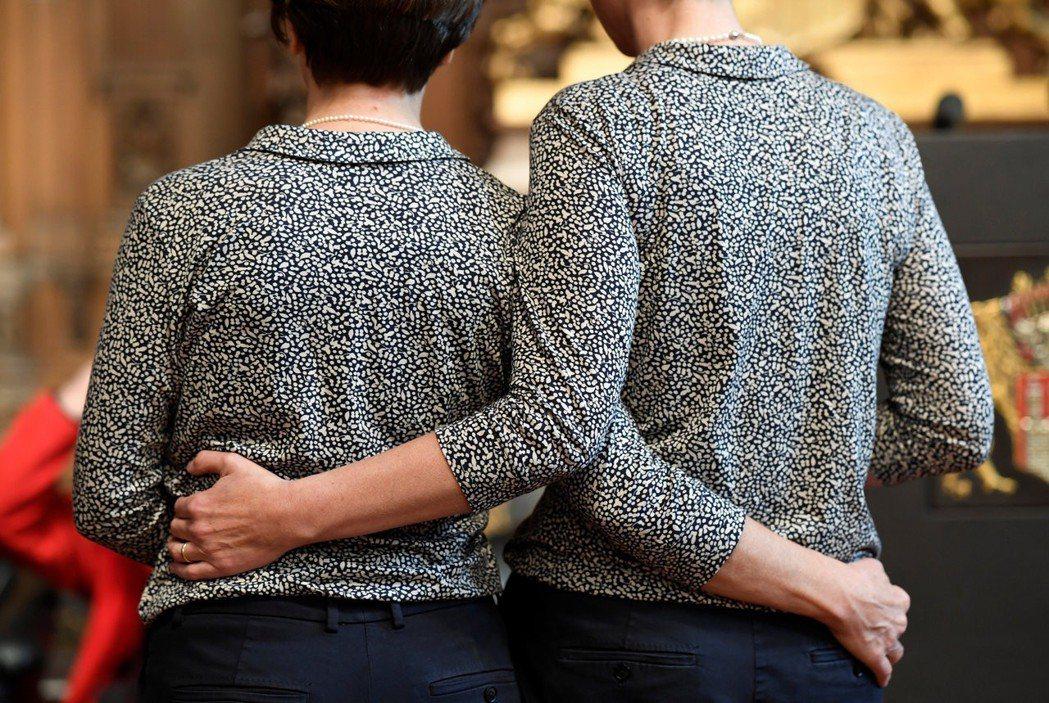 一對德國女同志在同婚合法化後,依法結成婚姻關係,其中一人於同年透過人工生殖的方式...