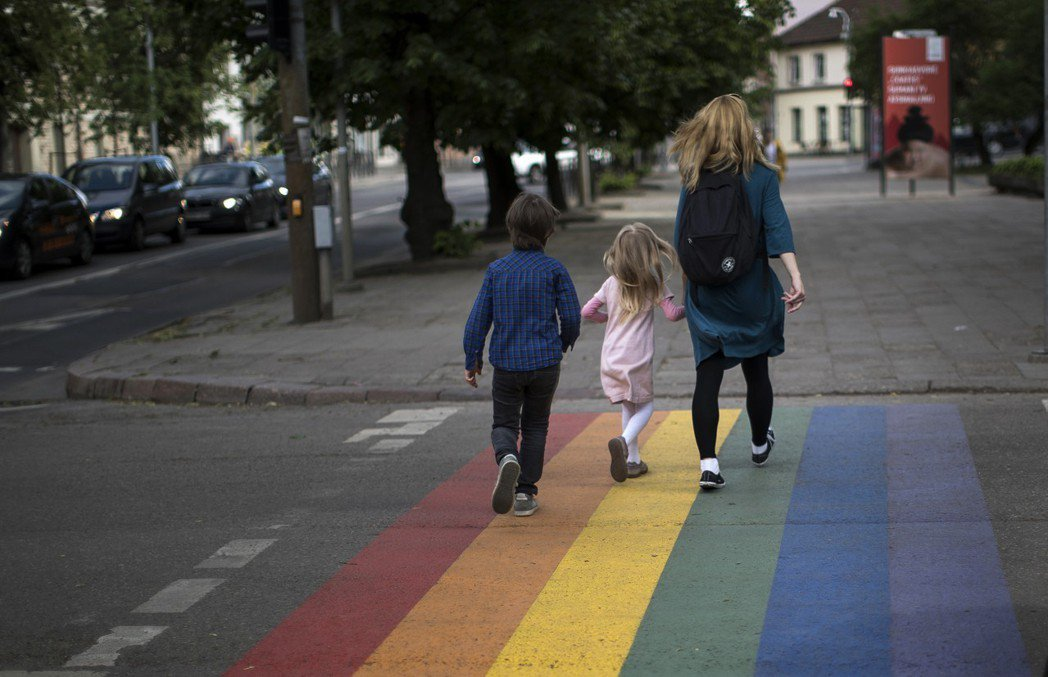 同性婚姻與異性婚姻一樣可以撫育下一代。當現行法律尚未跟上時代變遷,並讓同志及其孩...