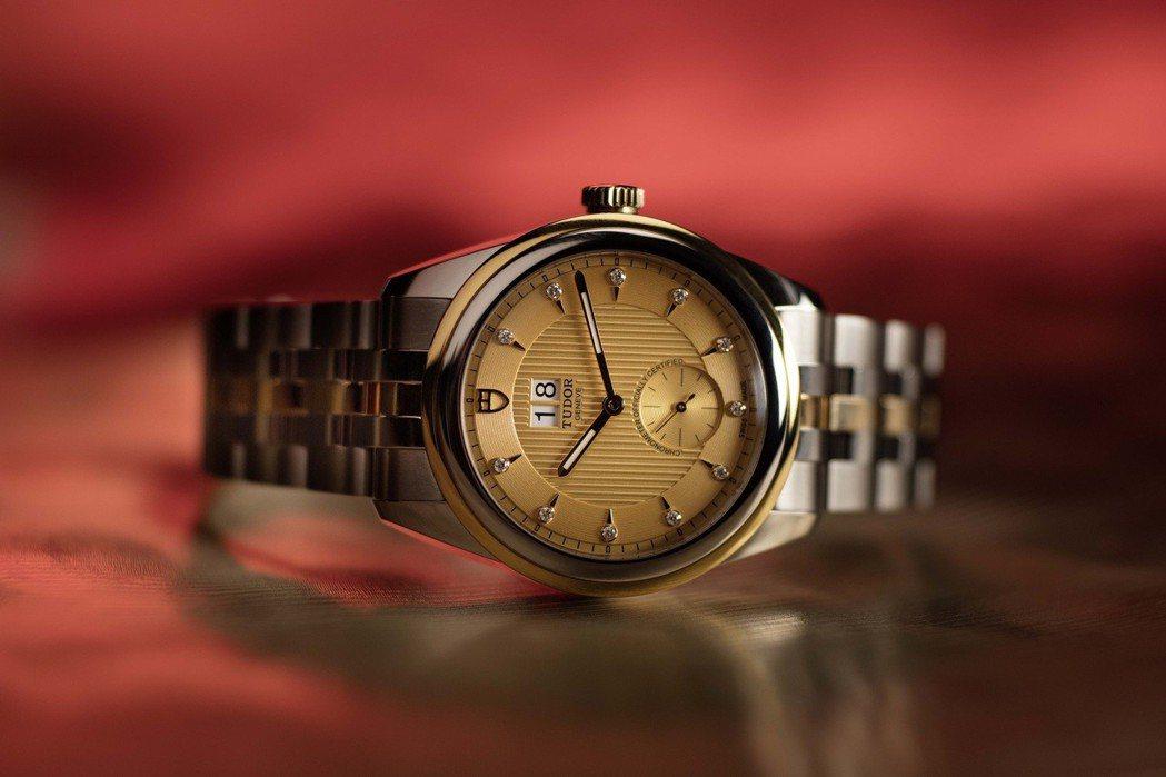 Tudor Glamour Double Date有著鑲鑽的香檳色錶面及黃金鋼錶...