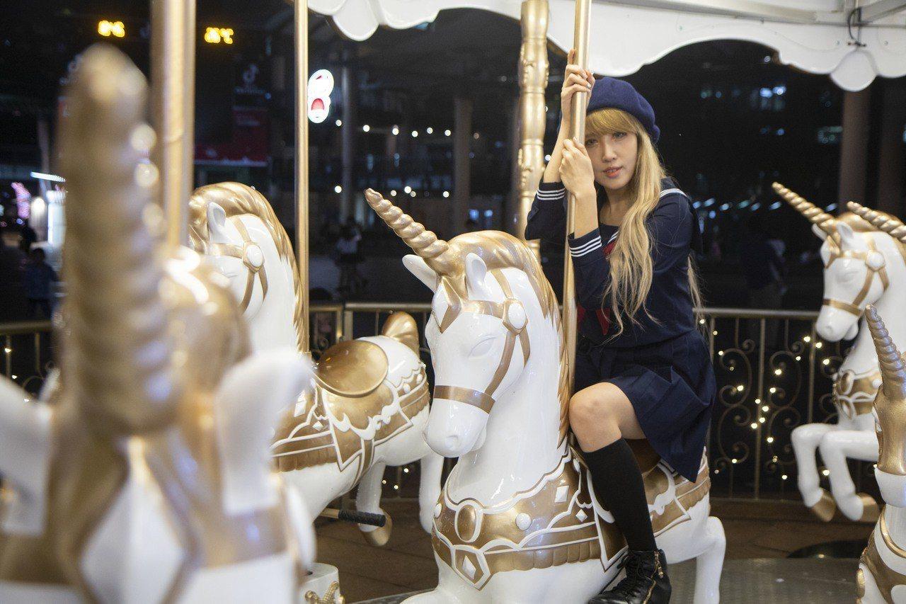 星空獨角獸是耶誕城的旋轉木馬首度以獨角獸姿態出現,白色、玫瑰金為配色,更加夢幻。...