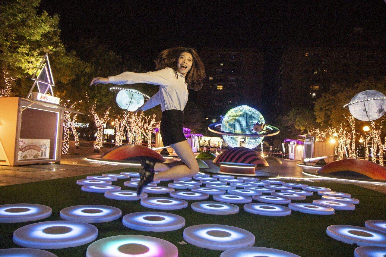 新北歡樂耶誕城與紐約互動媒體藝術家Jen Lewin合作,首度在台灣打造「許願星...