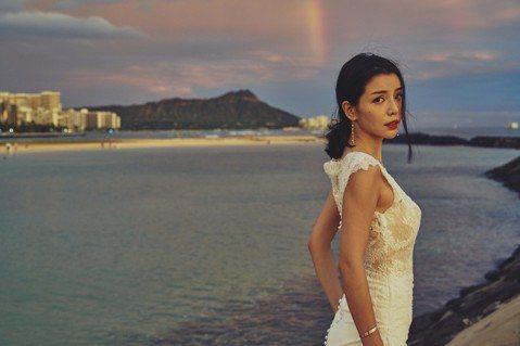 33歲的李毓芬驚爆在夏威夷嫁了!?一身剪裁合身的頂級白紗微露酥胸,讓至當地旅行的遊客都傾心不已,直讚她是女神下凡,李毓芬表示夏威夷是很棒的結婚地點,除了景色唯美,當地居民總是掛著燦爛笑容,一見面就會...