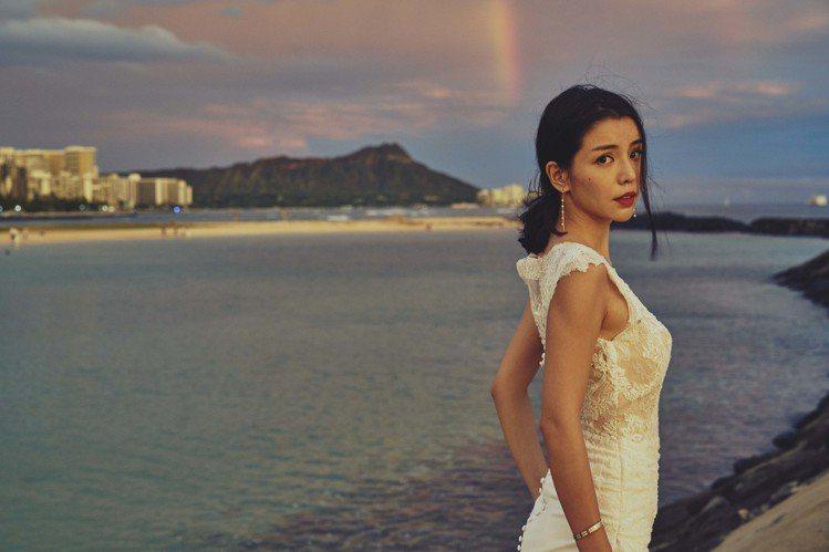 李毓芬在夏威夷披上白紗,被讚是女神下凡。圖/潮旅CIAO提供