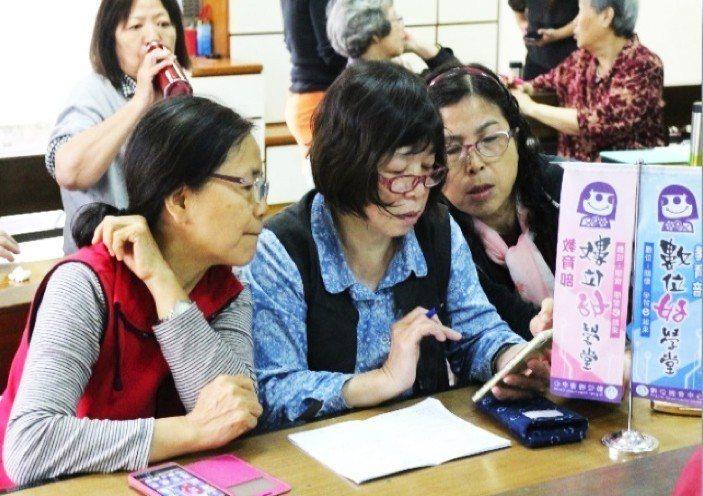 DOC也開設婦女資訊課程專班「數位好學堂」,輔導婦女使用容易上手的平板、智慧型手...