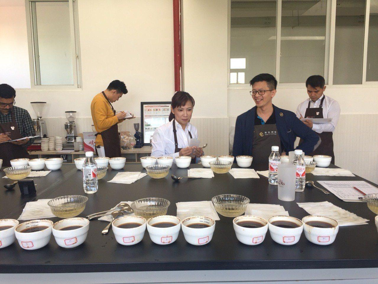 台灣評審代表林佩霓(中)説,阿里山咖啡體現了區域性的獨特風味,能夠在此次年會中大...
