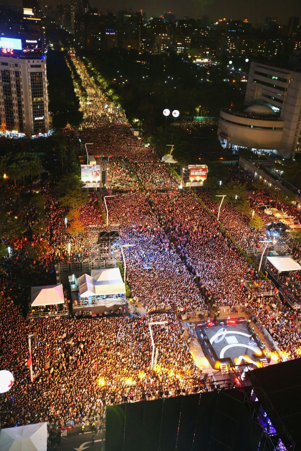 每到跨年,台北信義區總湧入上百萬人潮一同倒數。報系資料照