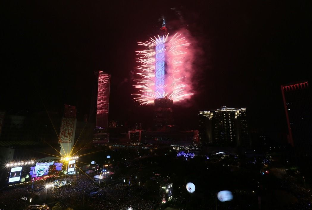 去年台北101跨年煙火秀首度結合T-Pad LED動畫頗受好評。報系資料照
