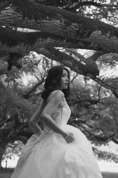 「潮旅Ciao」雜誌請到李毓芬到夏威夷拍封面,李毓芬披上精品婚禮服務平台Club Max頂級婚紗,在電影「侏羅紀世界」場景之一的歐胡島古蘭尼牧場(Kualoa Ranch)恣意散步,穿著一身白紗漫步...