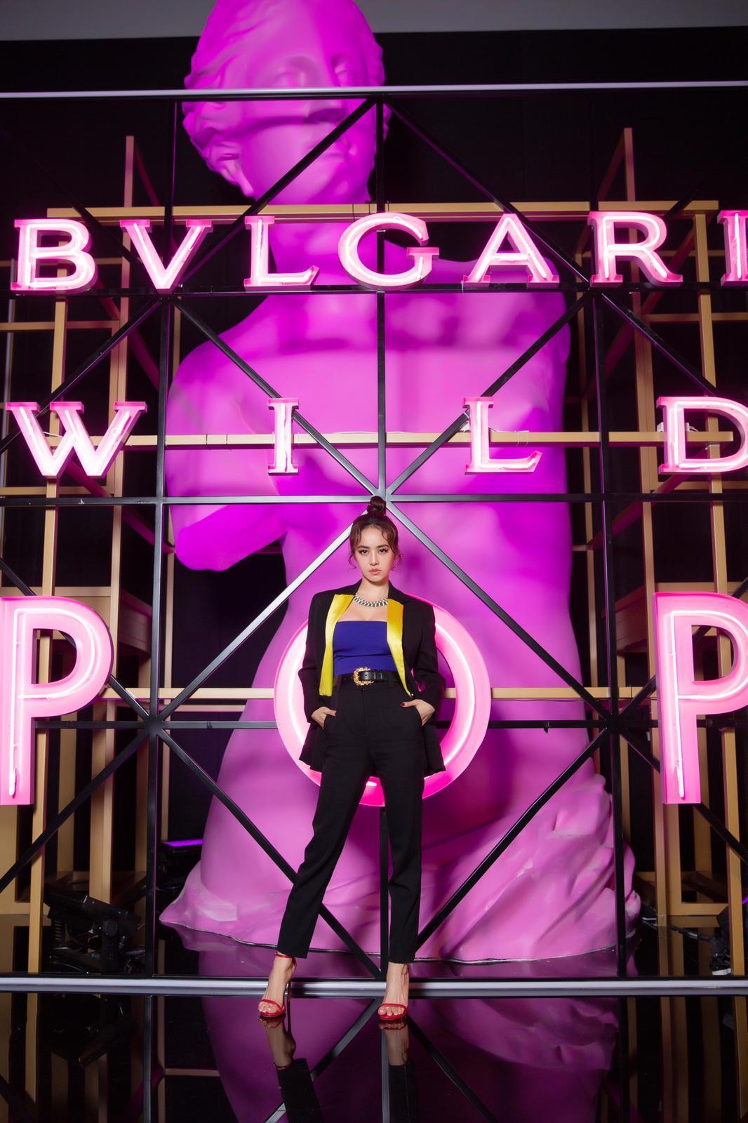 蔡依林日前受邀北京出席頂級珠寶活動時,選穿Versace秋冬亮黃翻領西裝外套搭配...