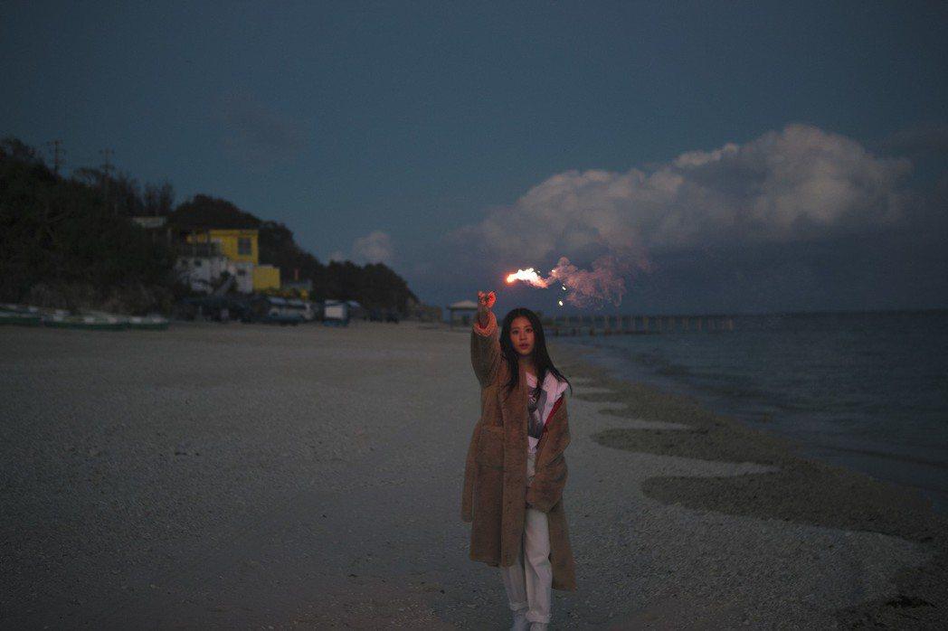 Erika為新專輯赴日本沖繩取景。圖/華納音樂提供