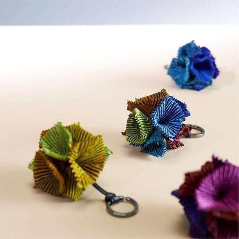 花瓣配飾繡球花鑰匙圈,5,800元。圖/ISSEY MIYAKE提供