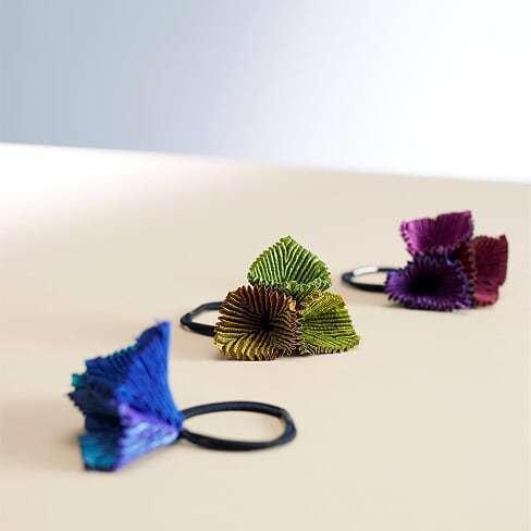 花瓣配飾牡丹髮圈,售價3,300元。圖/ISSEY MIYAKE提供