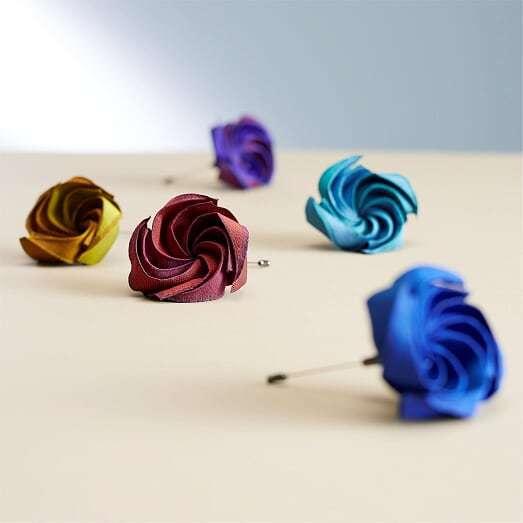 花瓣配飾的薔薇胸針,各售2,800元。圖/ISSEY MIYAKE提供