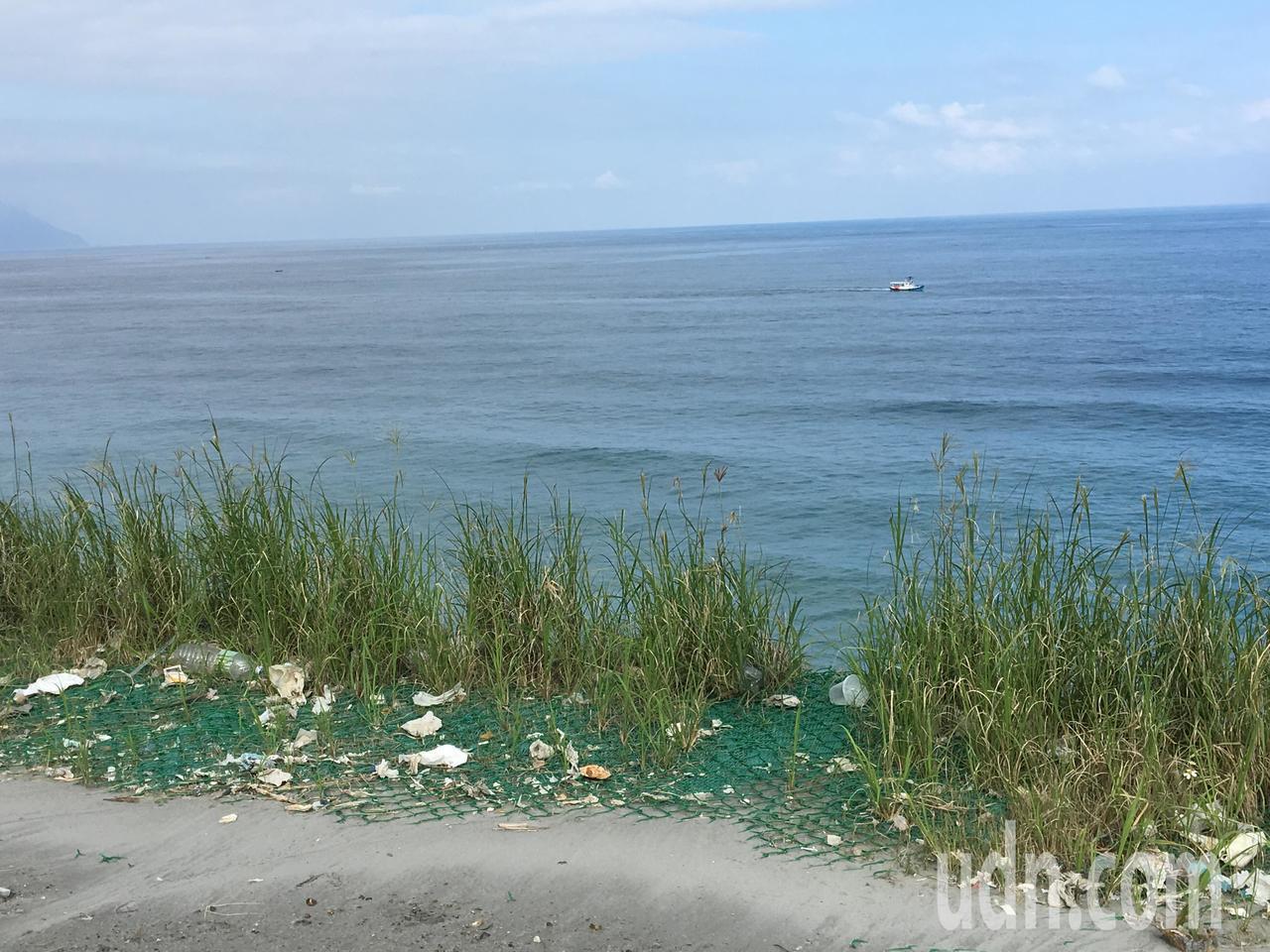 現場堆滿垃圾的海岸令人怵目驚心。記者徐庭揚/攝影