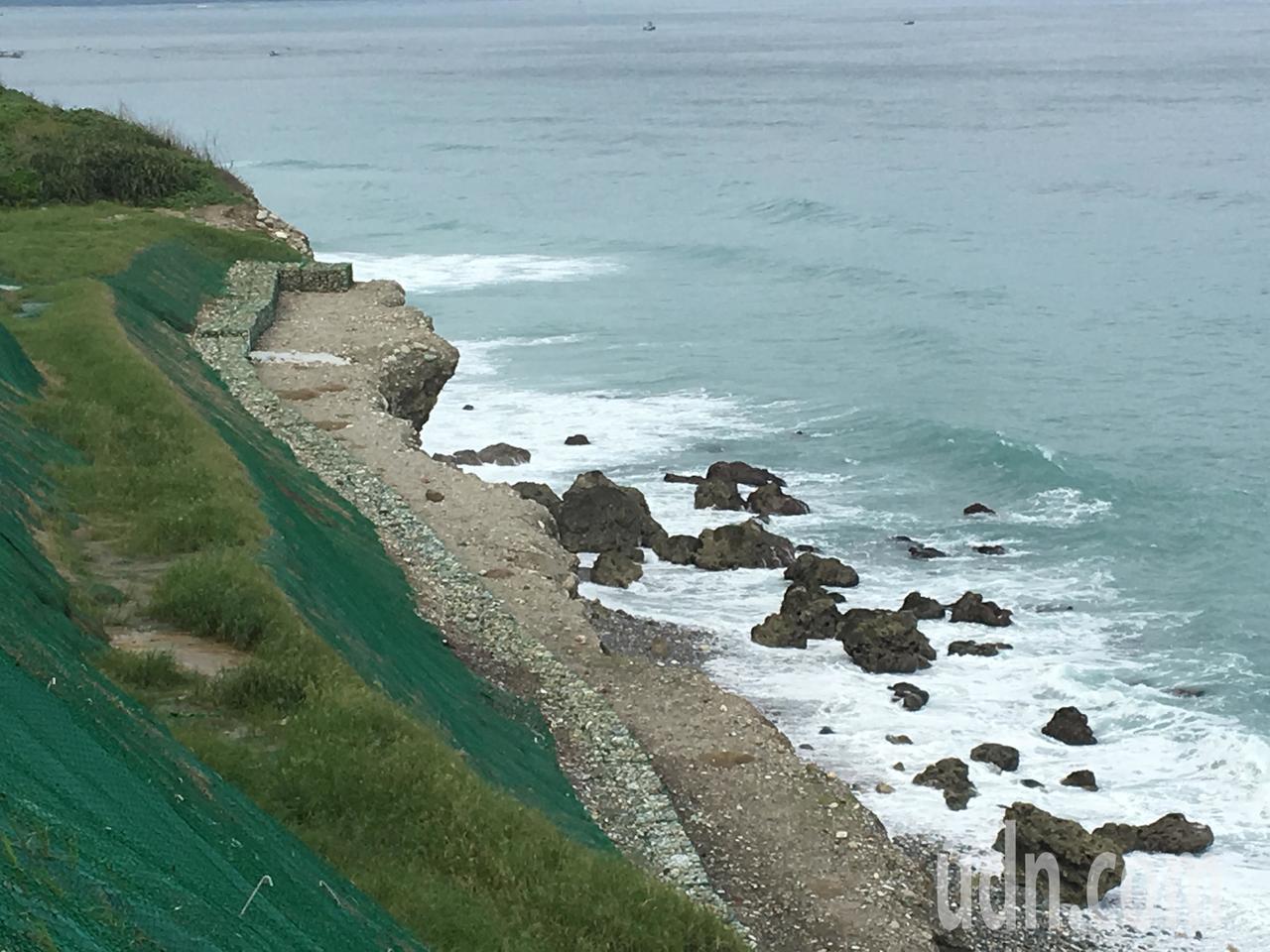 環保公園邊坡長期遭海浪侵蝕裸露,只要風浪大,垃圾與汙水就會漂入海中、汙染海洋。記...
