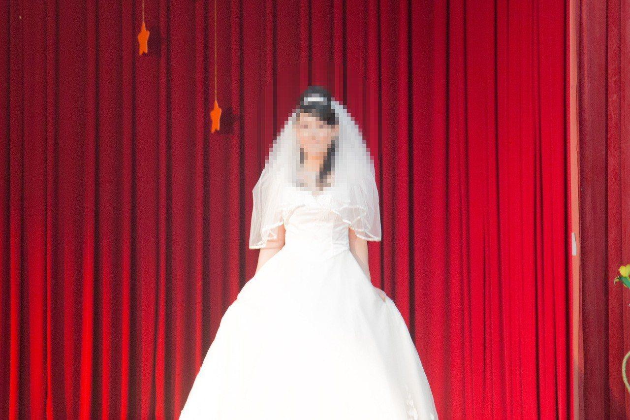 花蓮監獄今辦技訓班成果分享會,參加新娘秘書班的逾10位收容人,身穿洋裝、頂著精心...