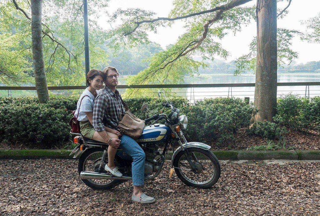 李亦捷(左)與法比歐在電影「最是橙黃橘綠時」共譜浪漫。圖/好野娛樂提供。