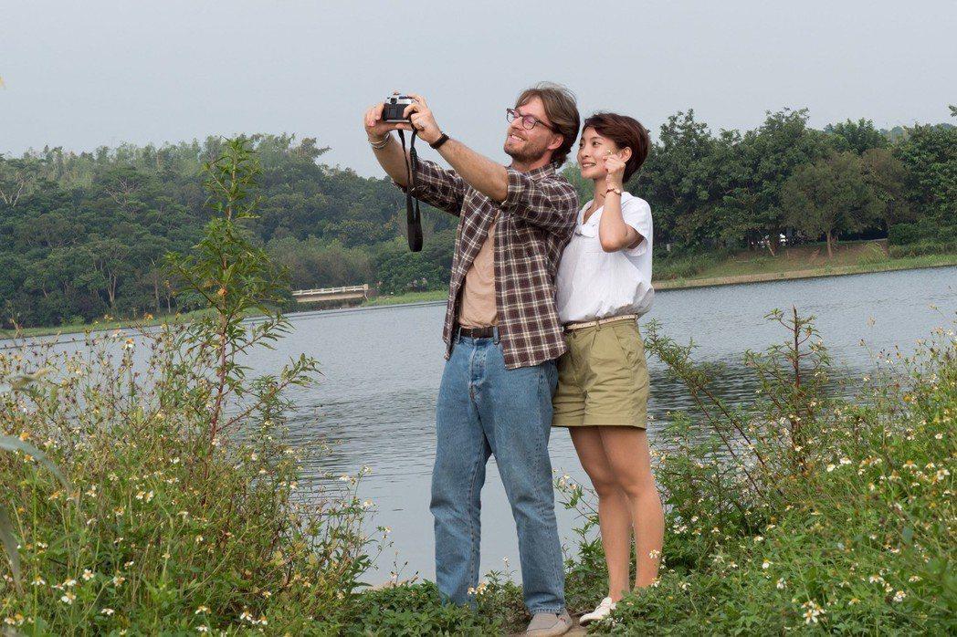 法比歐(左)與李亦捷在電影「最是橙黃橘綠時」共譜浪漫。圖/好野娛樂提供。