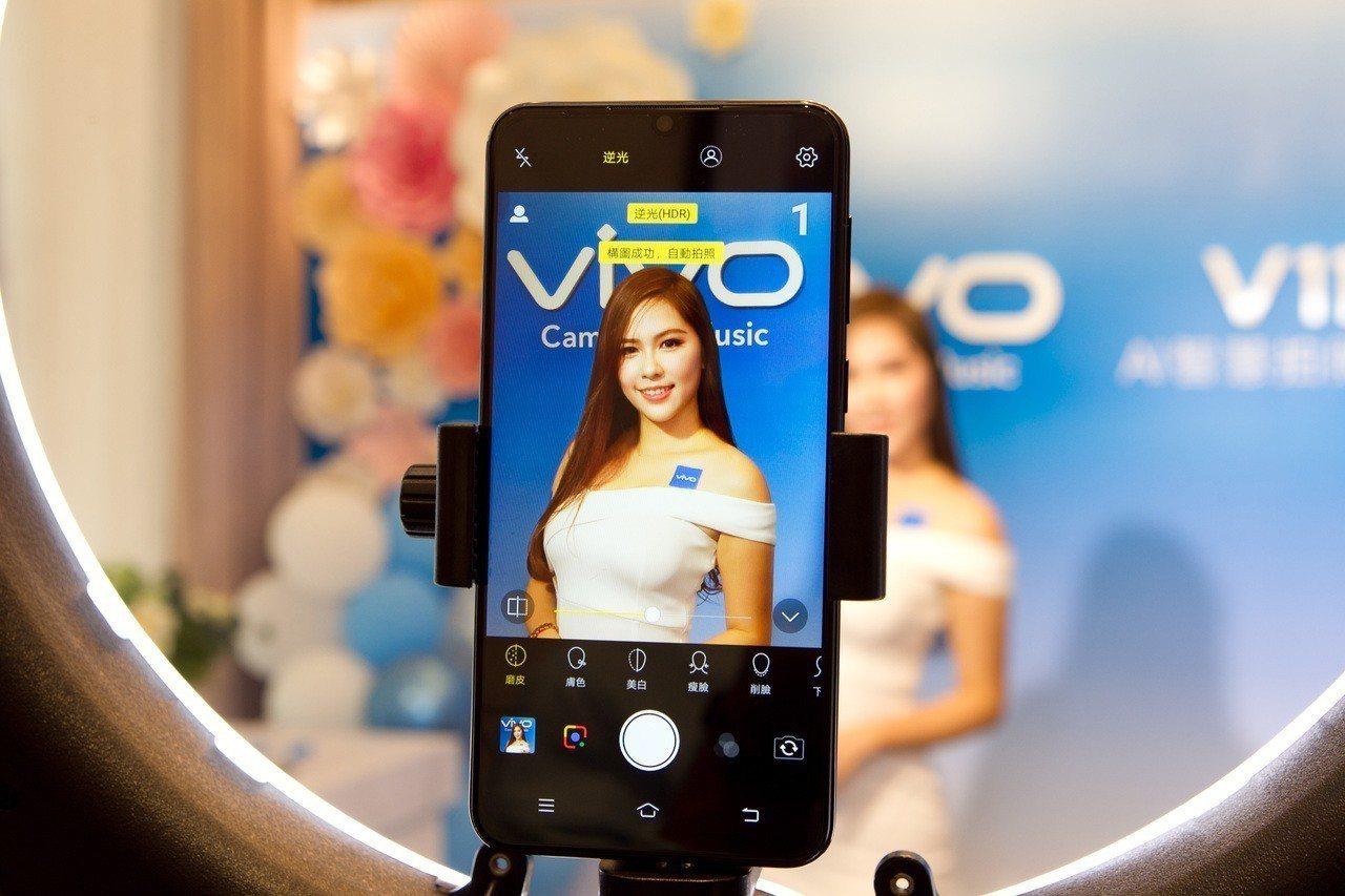 vivo V11、V11i首創「AI自動人像構圖」,將相機對準人物就可透過AI演...