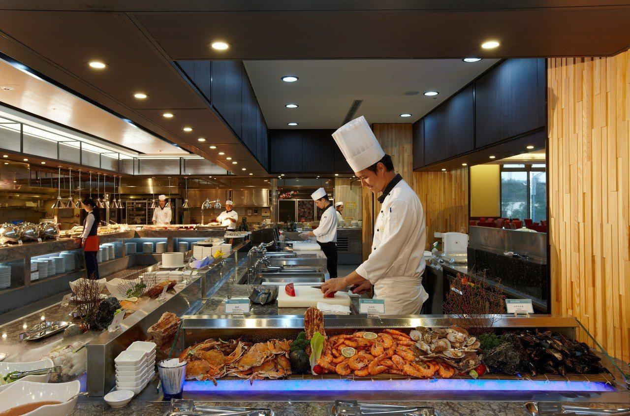 長榮鳳凰酒店(礁溪)推出桂冠自助餐廳平日雙人午(晚)餐券,每張原價2,156元、...