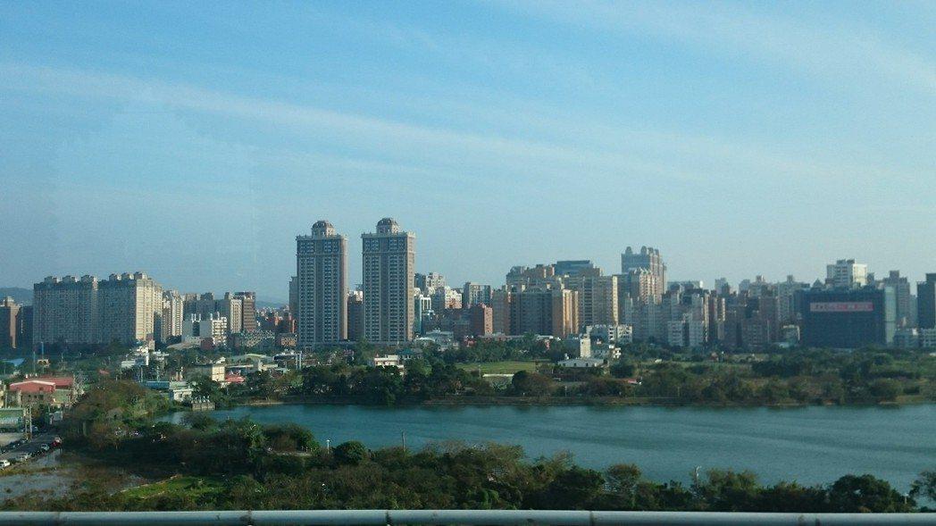 據住展雜誌統計,今年截至10月底止,北台灣各縣市公開銷售的大樓(含商辦)、華廈類...