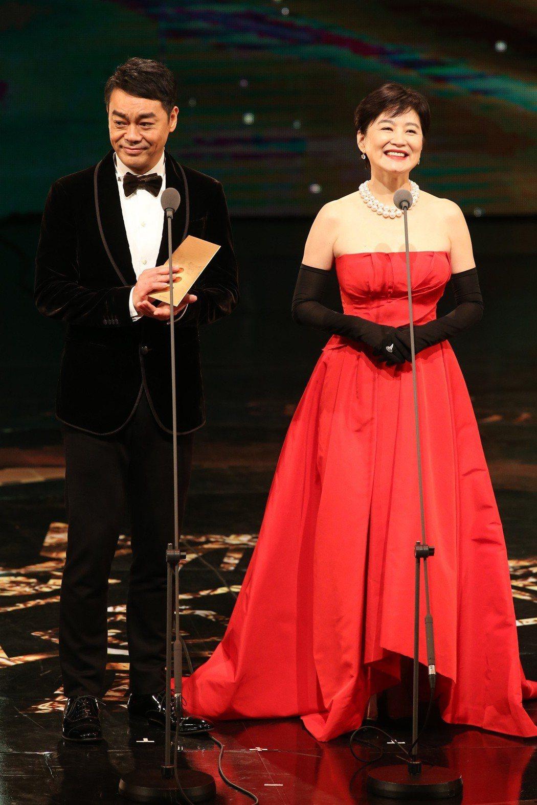 林青霞與劉青雲頒發金馬獎最佳影帝,彼此間的悄悄話曾引發爭議。圖/報系資料照片