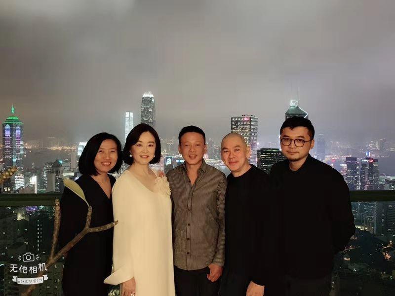 林青霞在港宴請李康生與蔡明亮,看得出心情頗佳。圖/摘自臉書