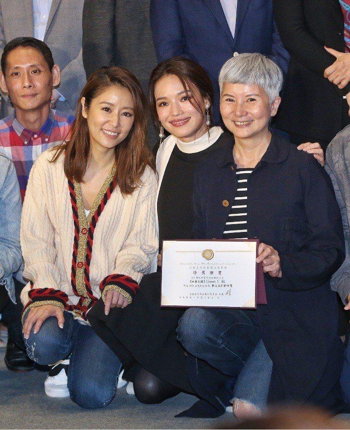 新片企劃都獲獎的林心如(左)、李烈(右)與評審之一舒淇(中)歡喜相會。記者鄭清元...