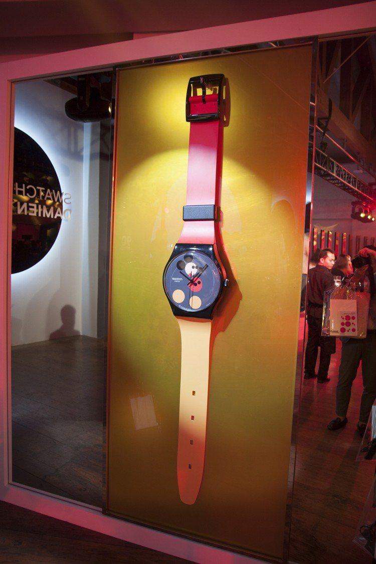 現場亦展示出放大版的SWATCH與Damien Hirst迪士尼米奇90周年藝術...