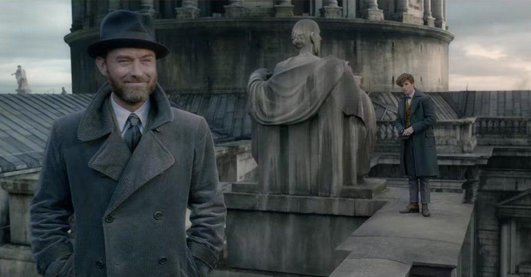 裘德洛(左)在「怪獸與葛林戴華德的罪行」飾演青年時期的鄧不利多。圖/華納提供