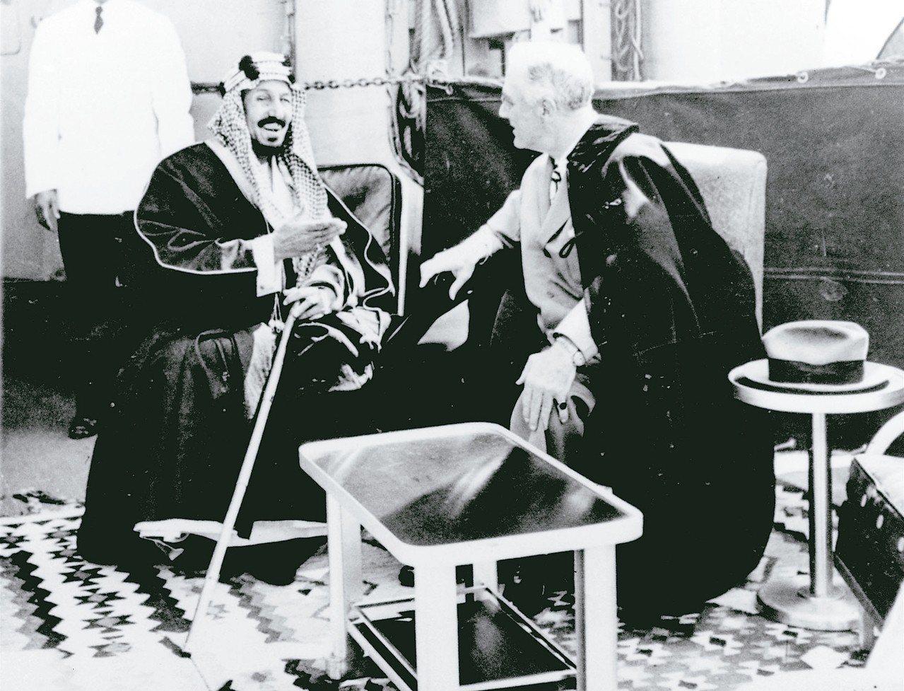 一九四五年,沙國國王阿不都阿齊茲(左)與美國總統羅斯福(右)會面,雙方達成結盟協...