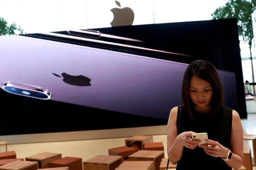 iPhone銷售疲弱,導致蘋果公司股價自10月高峰迄今回跌20%,遁入空頭市場。...