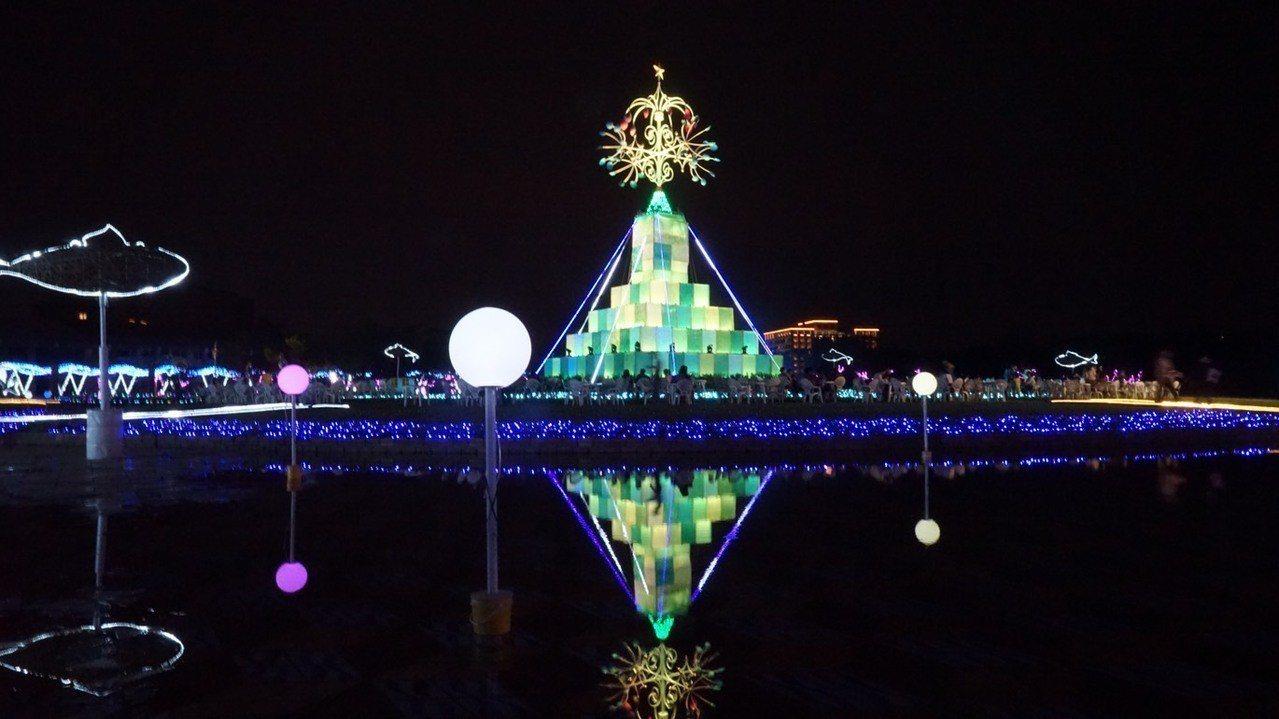 宜蘭縣政府的中央廣場今晚點燈,變成夢幻耶誕村,裝置藝術「奇幻聖誕樹」在夜間閃閃發...