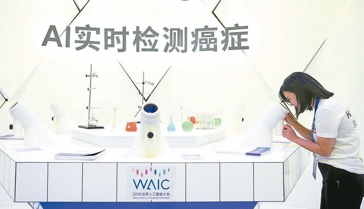 大陸每年罹癌人數持續增加。圖為AI實時檢測癌症設備。 新華社
