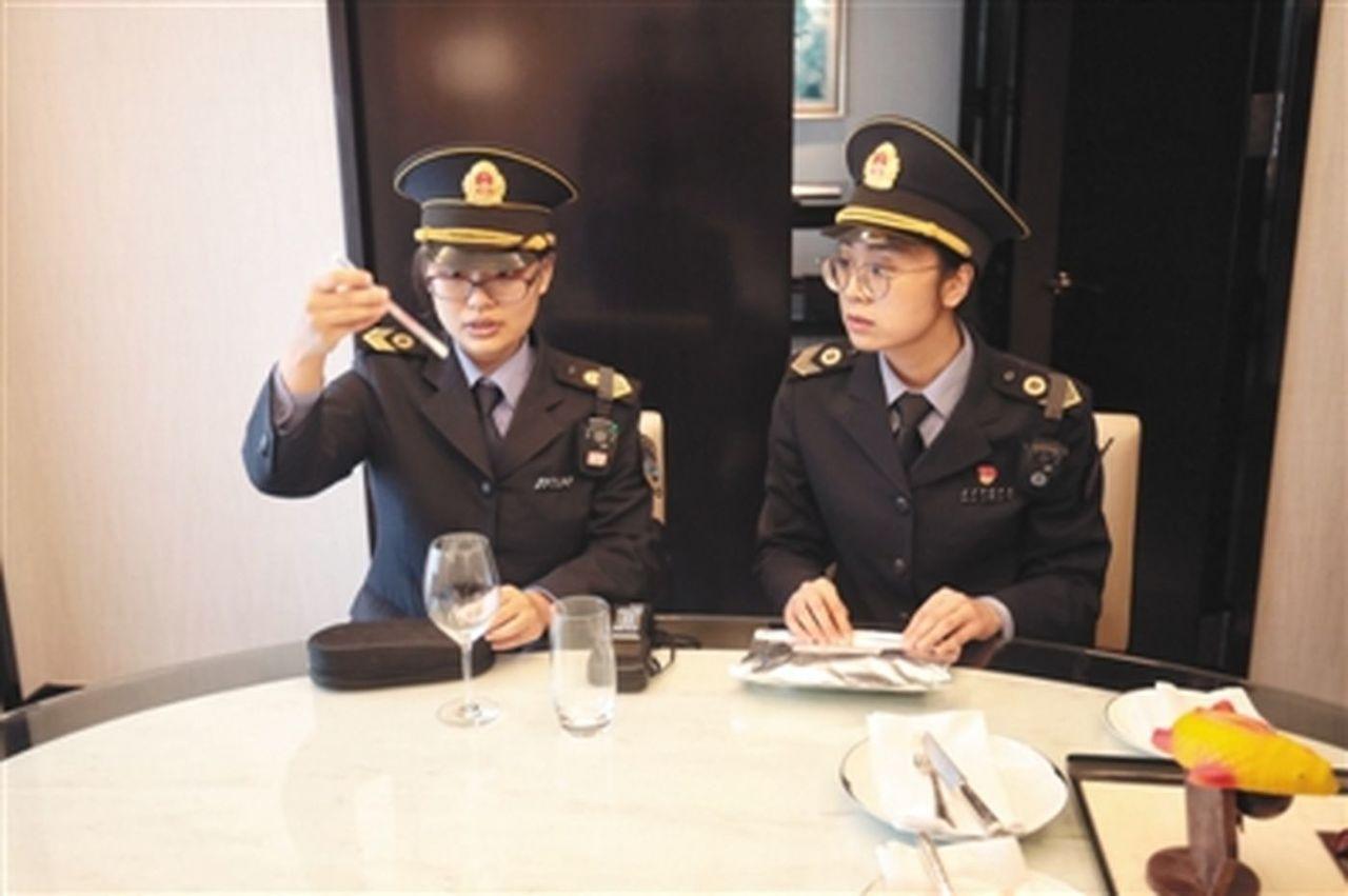 衛生執法人員用儀器測試王府半島酒店客房中水杯的衛生情況。(取材自新京報)