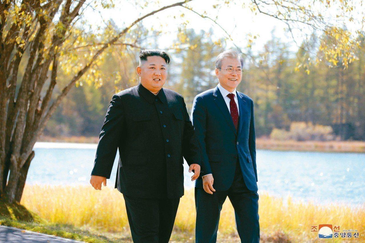 南韓官員表示,北韓領導人金正恩(左)與南韓總統文在寅(右)9月會晤時談妥金正恩年...