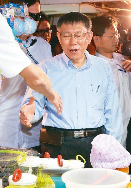 台北市長柯文哲上午來到台北成功市場掃街拜票,與攤商握手致意。 記者鄭清元/攝影