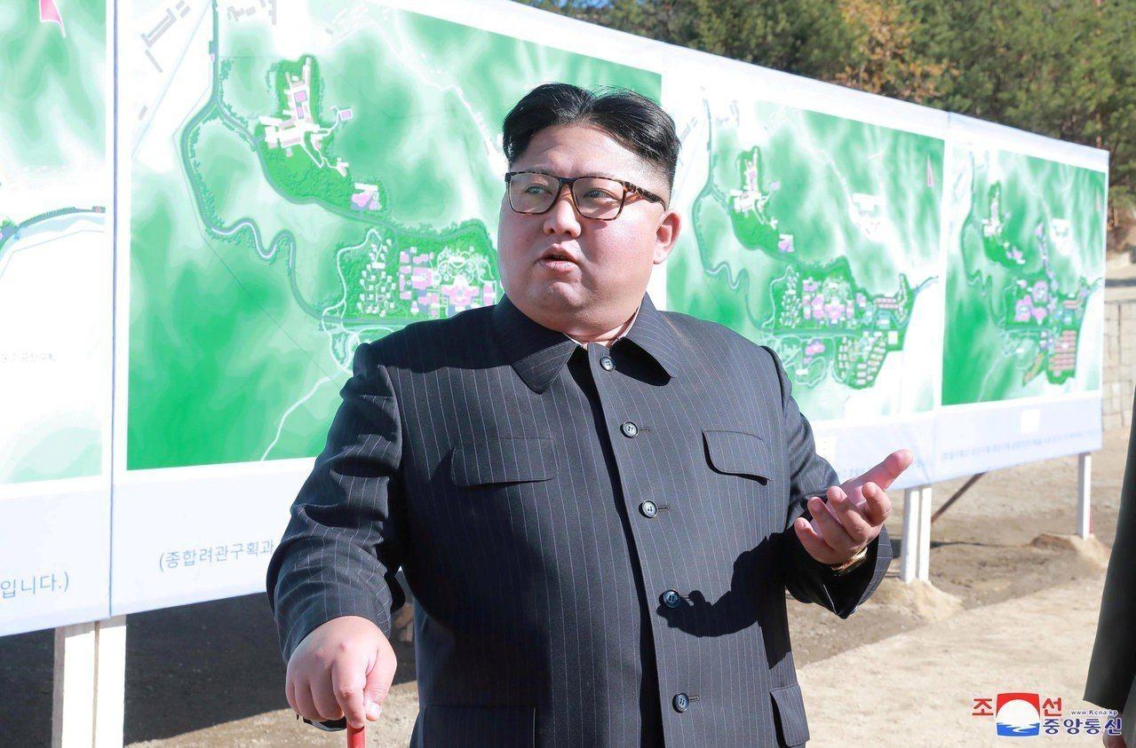據北韓官媒16日報導,領導人金正恩已視察一種最新研發戰略武器測試,並測試成功。路...