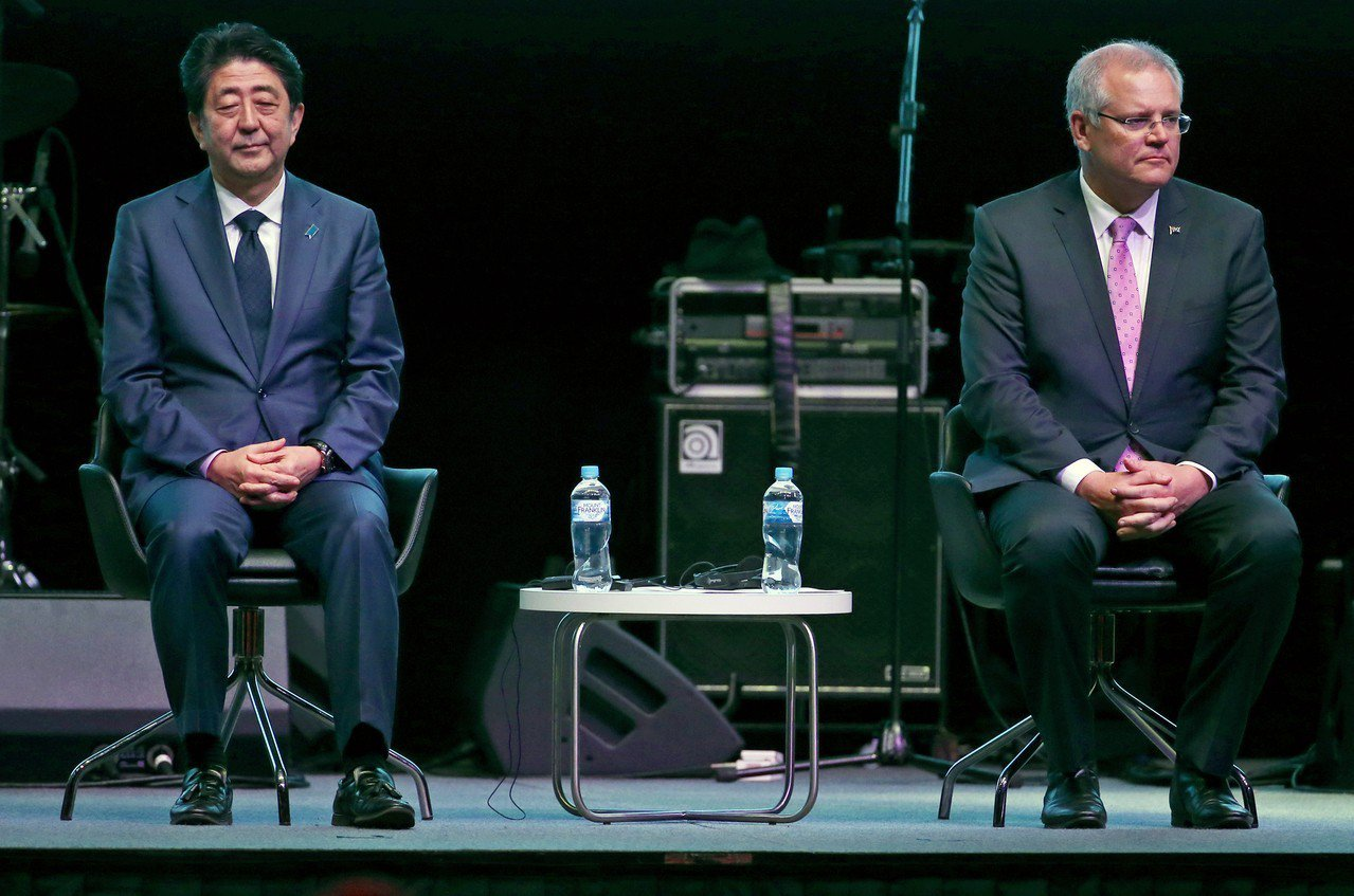 日本首相安倍晉三(左)16日訪問澳洲,與澳洲總理莫里森(右)舉行首度領袖會談,確...
