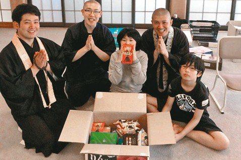 「寺廟零食俱樂部」募集並捐贈食物給貧困的家庭和兒童,每月幫助超過9000人。圖/...