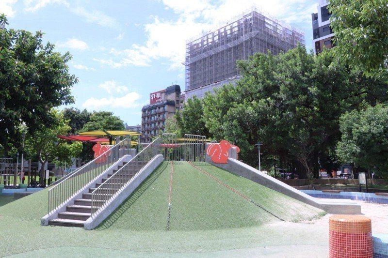 位於台北市的榮星花園,改建後遊具融合大自然,成為其它尚未改建公園的模範。攝影/楊...