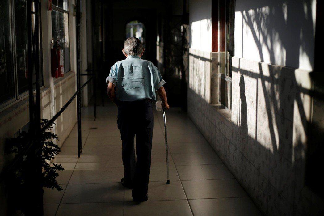 長者面臨的老化過程包含生理、心理與社會等層面。社會中也存在著某些年齡歧視,若高齡...