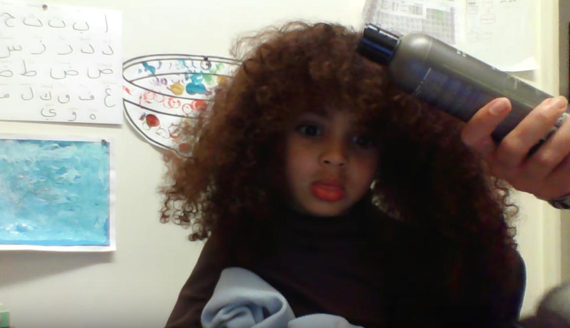 法魯克的媽媽將利用Youtube教大家捲髮保養方法。圖擷自Youtube